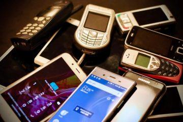 razni-mobilni-telefoni-na-stolu