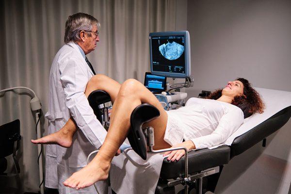 Doktor Ginekolog pregleda ženu